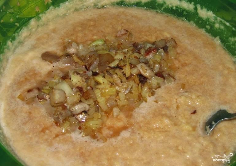 Перекладываем сало с луком к картофелю (и с жидкостью). Солим по вкусу и перемешиваем.