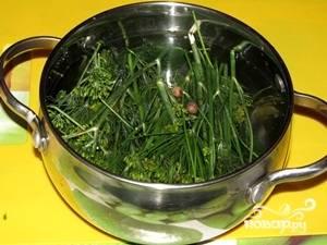 Сварить рассол из воды, соли и оставшейся зелени.