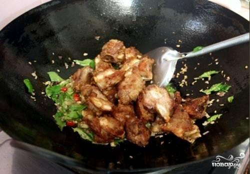 2. Пока жарится мясо, помоем и измельчим все овощи. Добавим к мясу, обжарим все вместе.