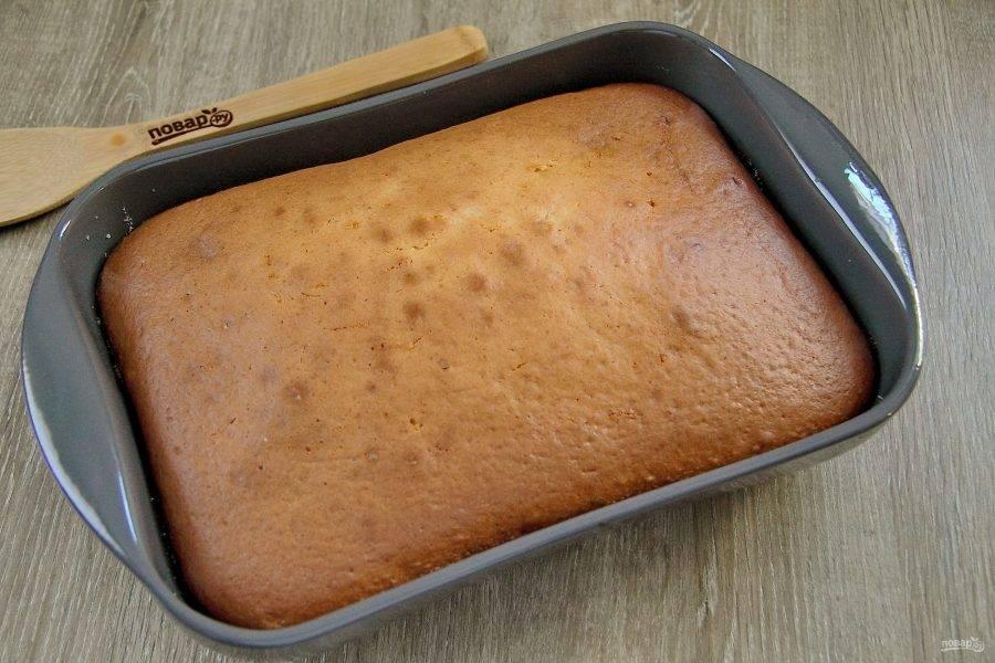 Апельсиново-лимонный пирог готов. Остудите его прямо в форме, а затем извлеките и нарежьте на порции.