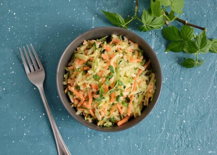 Салат с зеленой редькой и свежим огурцом готов, приятного аппетита!