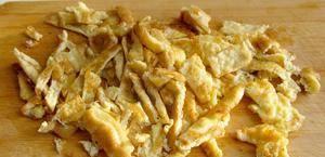 Омлет режем соломкой, чтобы добавить в блюдо при подаче на стол.