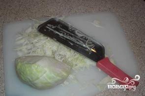 Из говяжьей грудинки делаем бульон, когда тот наполовину готов - кладем в него нашинкованную капусту.