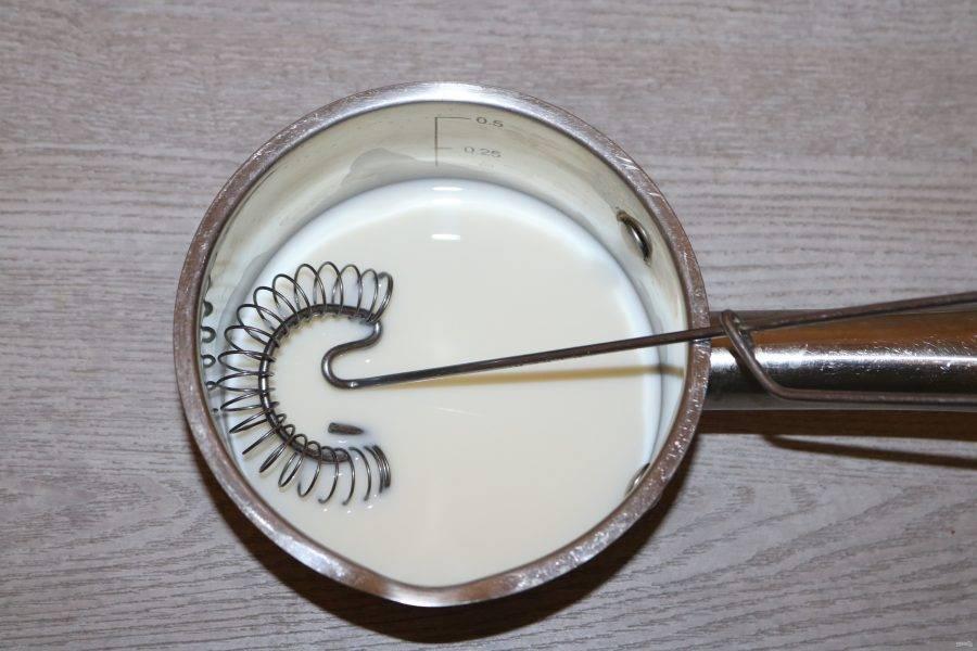Подготовьте белый соус. Смешайте молоко с мукой, поставьте на медленный огонь, варите пока не загустеет.