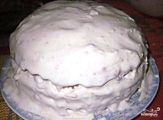 8. Каждый корж промазываем кремом, сверху кладем следующий и т.д. Затем промазываем по бокам торт остатками крема.