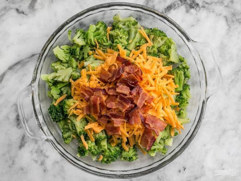 5.Выложите в форму для запекания брокколи, затем слой тертого чеддера (половину) и добавьте бекон, перемешайте.