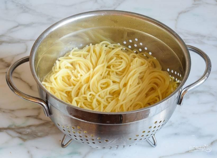 6. В это же время отварите спагетти в подсоленной кипящей воде в течение 7 минут. Затем воду слейте, а помидоры промойте.