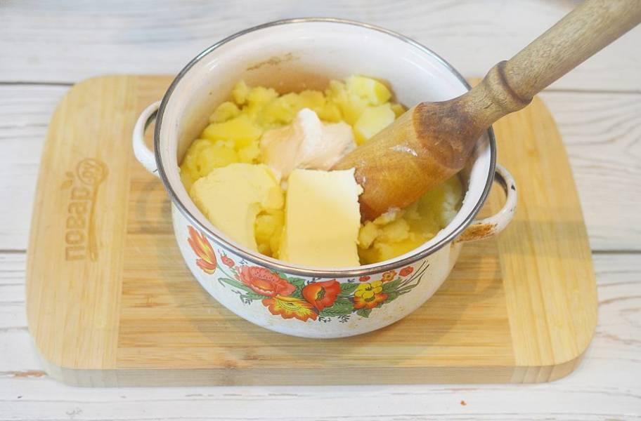 4. Добавьте масло, сметану, половину сыра. Перемешайте.