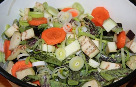 Далее необходимо очистить и промыть все овощи, нарезать их произвольно, посолить и поперчить. Я предпочитаю резать овощи довольно крупно, так они красивее смотрятся в готовом блюде.