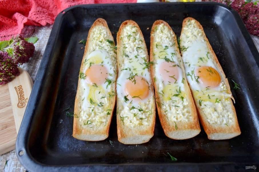 Положите на яйца по паре кусочков сливочного масла, присыпьте рубленой зеленью и подайте к столу сразу же. Угощайтесь!