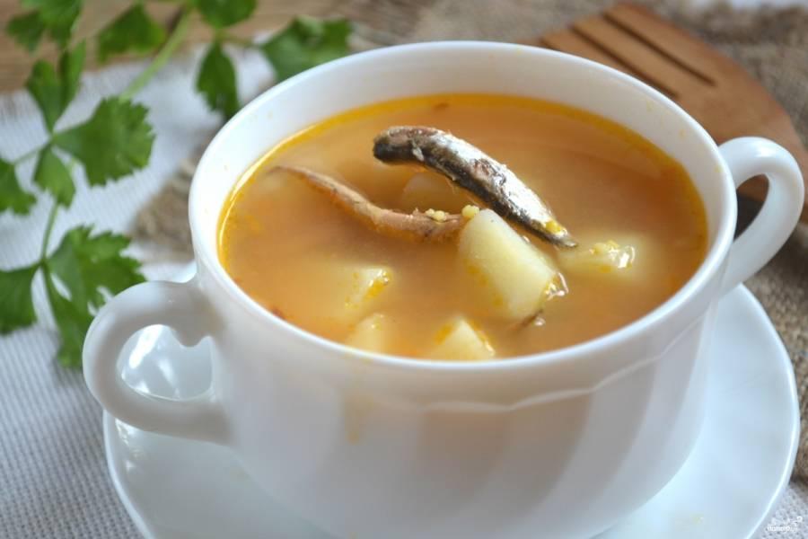 Суп из кильки в томатном соусе готов. Подавайте его к столу горячим. Приятного аппетита!