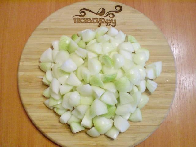 Лук режем на 4-8 частей, в зависимости от величины луковицы.