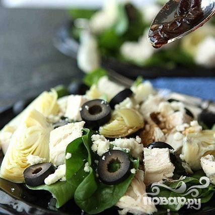 5. Полить салат приготовленной теплой заправкой и сразу же подавать.