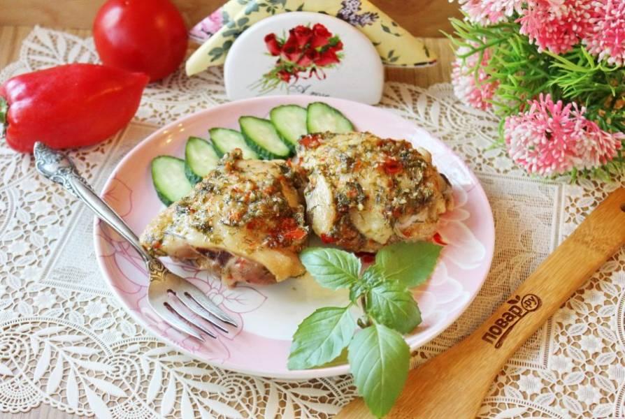 Куриные бедра по рецепту Джейми Оливера готовы. Подавайте к столу в горячем виде с любым гарниром.