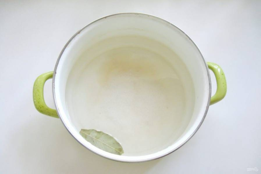 Опять приготовьте рассол, но уже из расчета на 1 литр воды 2 столовые ложки крупной соли. Добавьте лавровый лист. Доведите рассол до кипения.