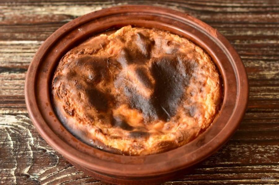 Отправьте пирог в разогретую до 190 градусов духовку на 30 минут.