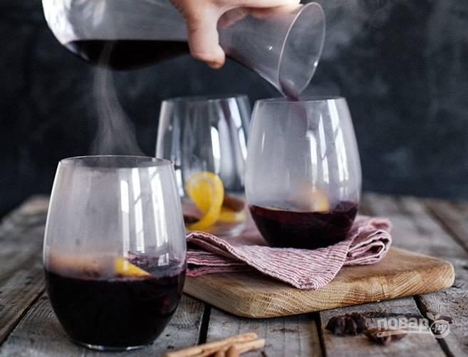 5. Готовый глинтвейн с анисом и кардамоном разлейте по стаканам/кружкам и подавайте к столу.