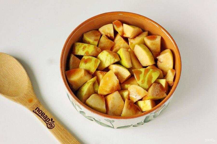 Полейте айву равномерно медом, накройте форму крышкой или фольгой и запекайте в духовке при температуре 180 градусов около 30-40 минут. Кусочки должны стать мягкими.