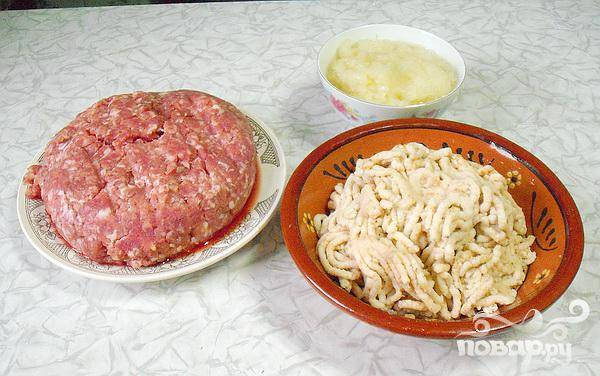 1.Фарш приготавливаем за ранее, перекручиваем мясо на мясорубке, в равных частях берем говядину и свиную шею, (хотя фарш можно купить и готовый).  На мясорубке так же перемалываем лук и белый хлеб (хлеб необходимо предварительно замочить в холодной воде, а затем слегка отжать). Чтобы котлеты получились нежнее, хлеб лучше замочить в сливках или молоке.