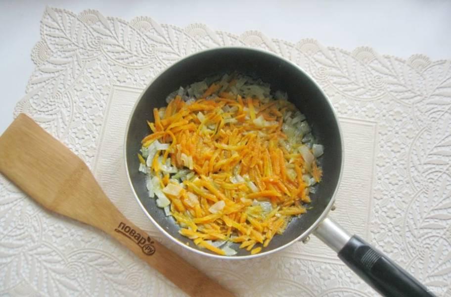 Налейте подсолнечное масло и немного воды. Накройте сковороду крышкой и тушите морковь с луком до мягкости.