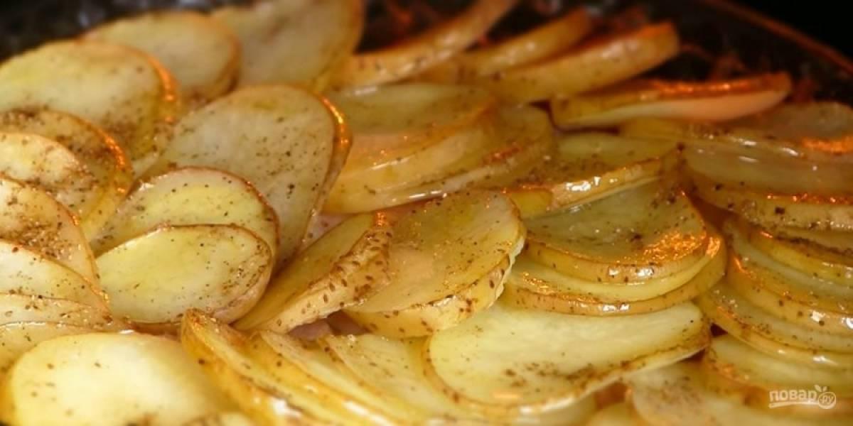 3.  Сверху выложите картофель, посолите его, приправьте и накройте фольгой. Выпекайте в разогретой до 200 градусов духовке 20 минут.