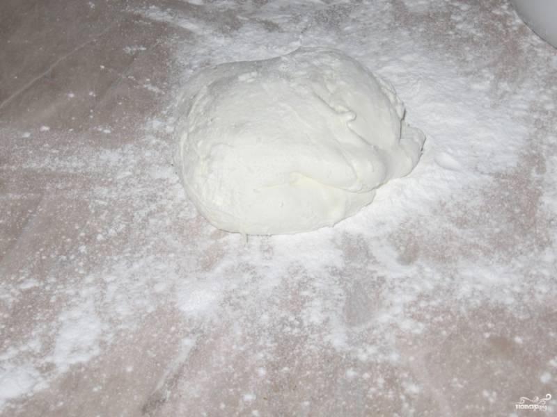 4.Стол посыпаем сахарной пудрой или крахмалом, перекладываем полученный комок и вымешиваем, пока тесто не перестанет липнуть к рукам. Важно следить, чтоб мастика не перестала быть пластилиновой. Готовую мастику используем сразу или перекладываем в миску и накрываем полотенцем, чтобы не обветривалась.