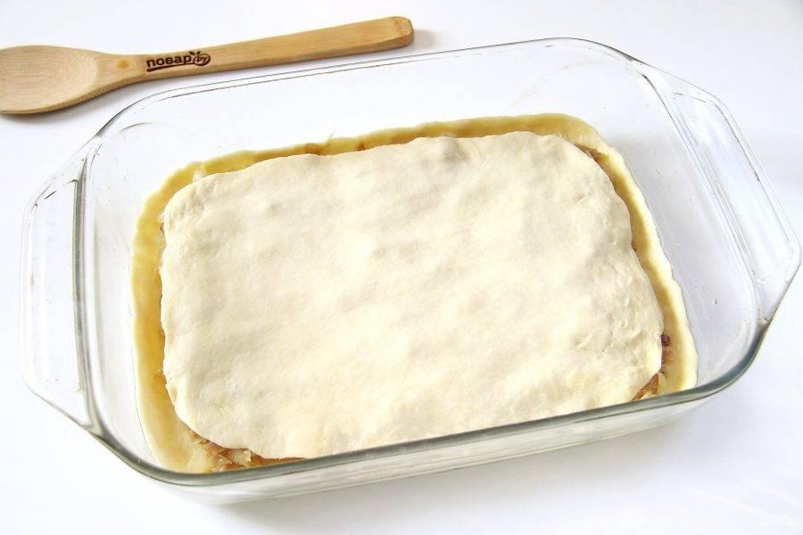 Вторую часть теста так же раскатайте в форме прямоугольника и накройте им начинку.