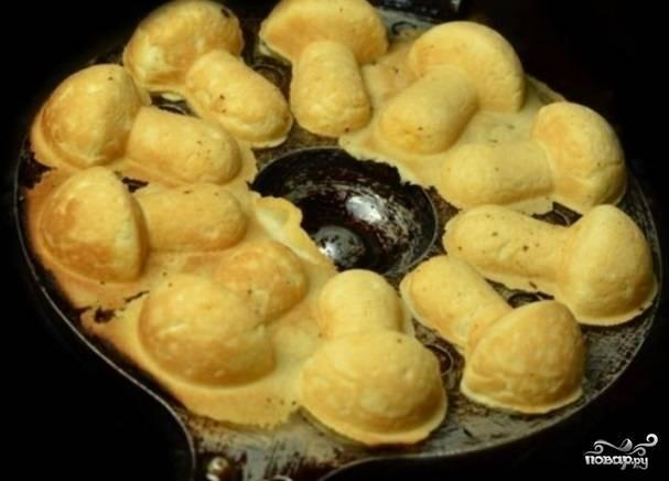 4. Аккуратно выньте грибочки из формы, удалите излишки теста и оставьте остывать. Готовое печенье можете украсить так, как вам больше нравится. Например, маком и шоколадной глазурью.