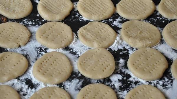 5. Печенье можно отправить в разогретую духовку на пергаменте или присыпав противень мукой. Выпекается оно довольно быстро - всего 15 минут ему достаточно. Готовое печенье остудить и при желании присыпать сахарной пудрой.
