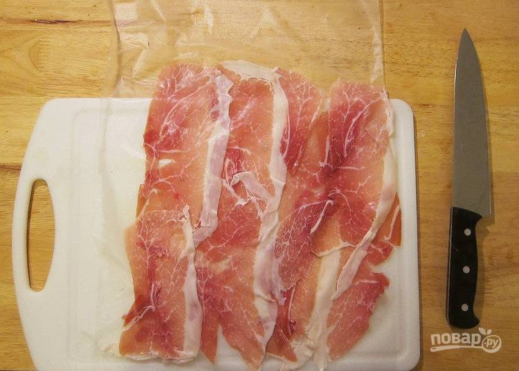 4.Расстелите пищевую пленку, выложите на нее ломтики прошутто.