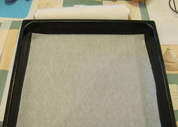 Противень застелите пергаментом. Выложите на него печенье, отправьте на 30 минут в духовку при 190 градусах.