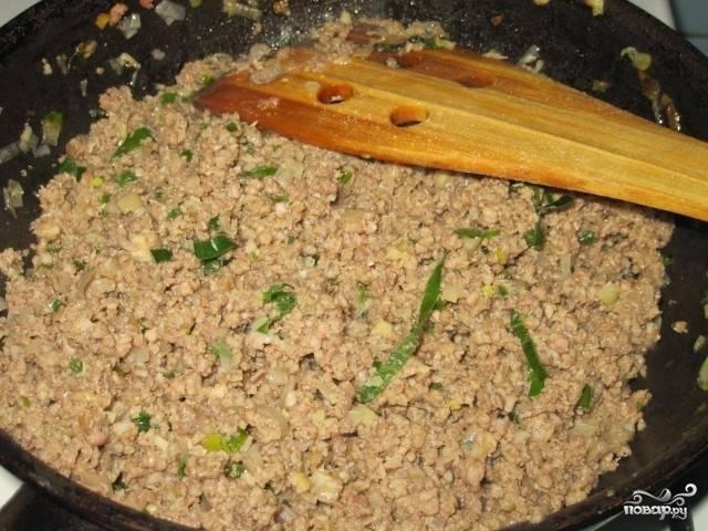 Фарш обжаривайте слегка, он должен подрумяниться, но не полностью приготовиться. Иначе потом в пироге сухим получится. Помешивайте фарш, комочки разбивайте вилкой или лопаточкой.
