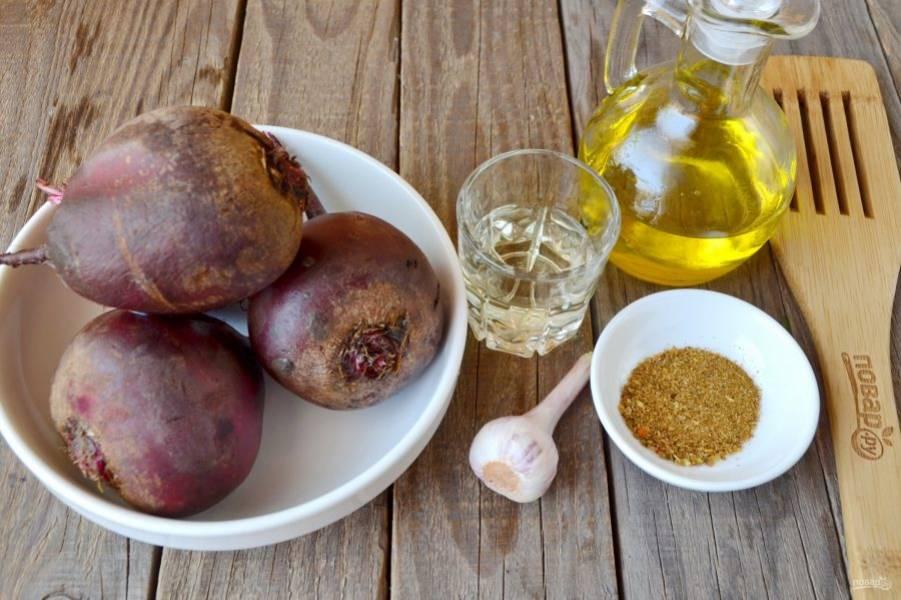 Подготовьте молоденькую свеклу, уксус, чеснок, приправу для моркови по-корейски и растительное рафинированное масло.