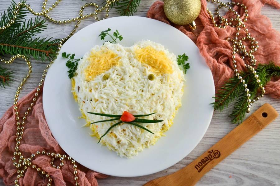 Слоеный салат «Мышка» с грибами и сыром