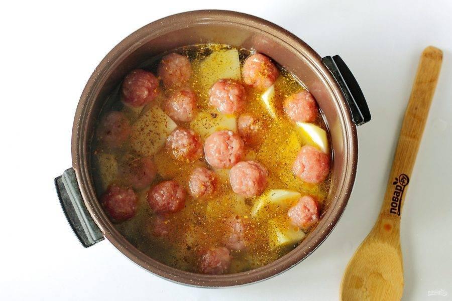 """Налейте кипяток, чтобы вода только покрыла картошку. Добавьте по вкусу соль и любимые специи. Закройте крышку и установите режим """"Выпечка"""" или """"Запекание"""" на 30 минут."""