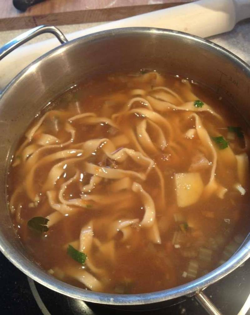 В готовый суп добавьте измельченную зелень, дайте супу настояться под крышкой 10 минут. к столу, подавайте со сметаной. Приятного аппетита!