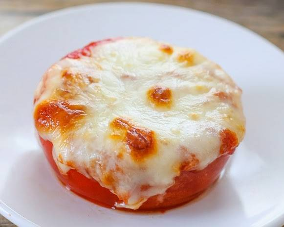 5. Выложить помидоры под сыром в домашних условиях на противень и отправить в разогретую духовку на 10-15 минут.
