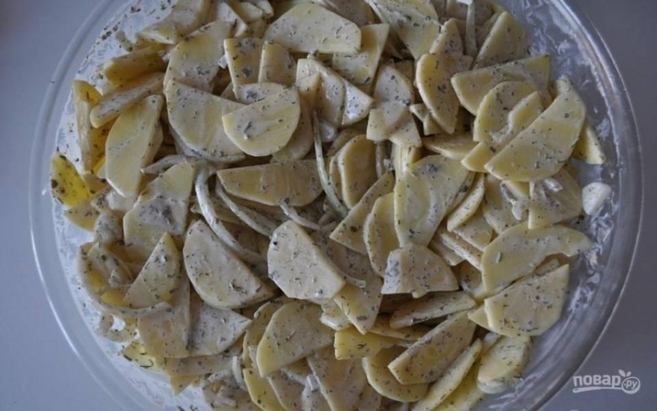 5.Тщательно перемешиваю картофель. Делал это руками, так намного удобнее. Чищу чеснок, нарезаю его пластинами, засовываю их внутрь картошки.