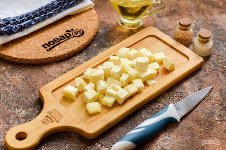 Адыгейский сыр нарежьте небольшими кубиками.