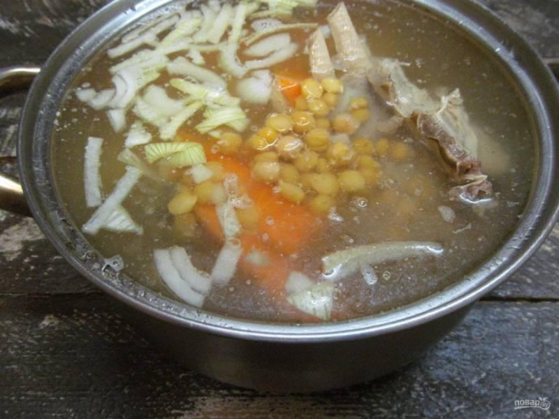 Затем добавьте в суп нут и варите еще минут 10-15.