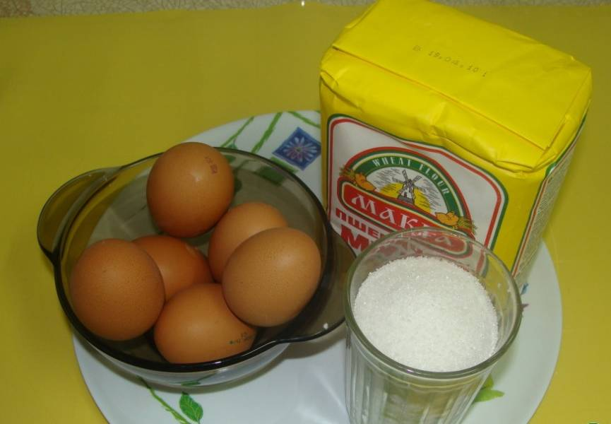 1. Для начала из муки, яиц и сахара готовим бисквитное тесто.