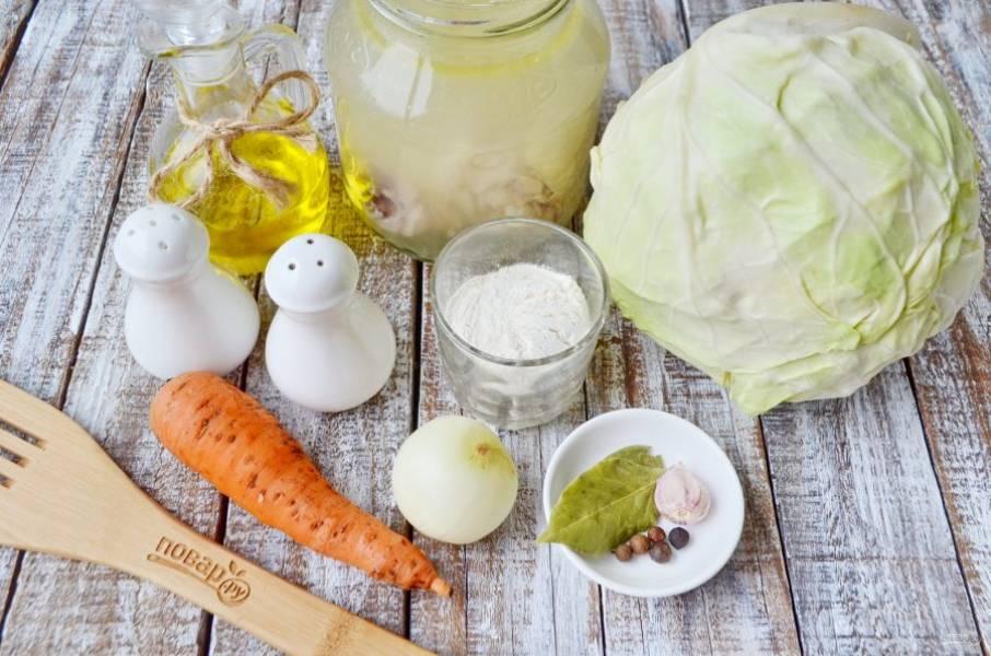 Подготовьте продукты. Щи можно варить на свежей капусте и на квашеной. Вкус будет разительно отличаться. Я летом варю на свежей, зимой — на кислой. Итак, сварите из воды и половинки курицы бульон, на нем и будем готовить щи.
