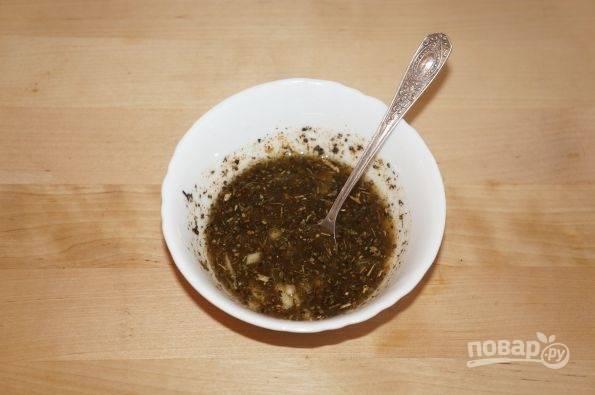 Сделайте маринад. Смешайте мёд, масло, сок лимона, базилик, соль, чеснок и перец.