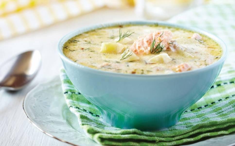После этого влейте сливки, посолите и добавьте кусочки рыбы. Варите ещё 5 минут после того, как суп ещё раз закипит. Дайте блюду настояться без огня под крышкой. Приятного аппетита!