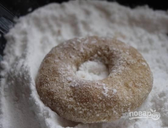 8. В глубокую мисочку всыпьте сахарную пудру и еще горячими обваляйте печенюшки в ней со всех сторон.