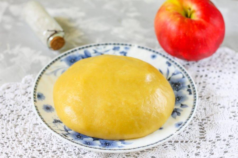 Замесите плотное песочное тесто, поместите его в холодильник на 20 минут, накрыв сверху пищевой пленкой.