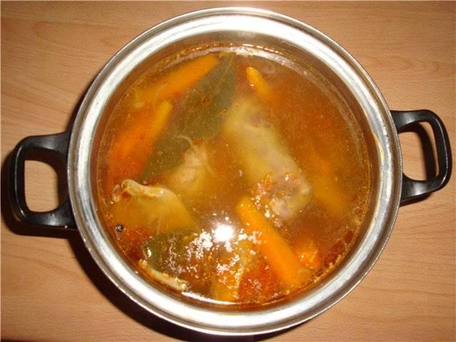Минут за 40-45 до окончания варки мяса, выкладываем в кастрюлю зажарку, морковь, специи, лавровый лист и солим шурпу, продолжаем варить суп. Готовую шурпу выкладываем в глубокие тарелки и подаем, украсив свежей зеленью. Приятного аппетита!
