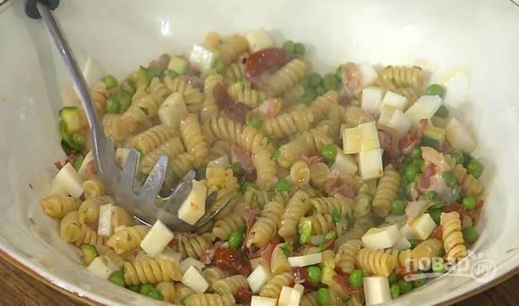 В готовую пасу выложите рубленную мяту, тщательно все перемешайте. Разложите блюдо по тарелкам, добавьте кубики сыра и полейте остатками оливкового масла.