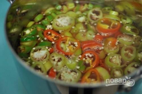 3.В кастрюлю налейте воду, уксус и добавьте соль, отправьте ее на огонь и доведите до кипения, затем выложите перец. Хорошенько перемешивайте перец, после его закипания уберите кастрюлю с огня.