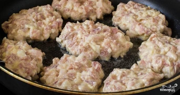 5.Возьмите сковородку, накалите ее. Влейте растительное масло и выложите мясную массу ложкой, формируя котлеты.
